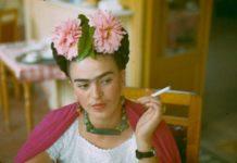 Kobieta z papierosem w dłoni i kwiatach na głowie