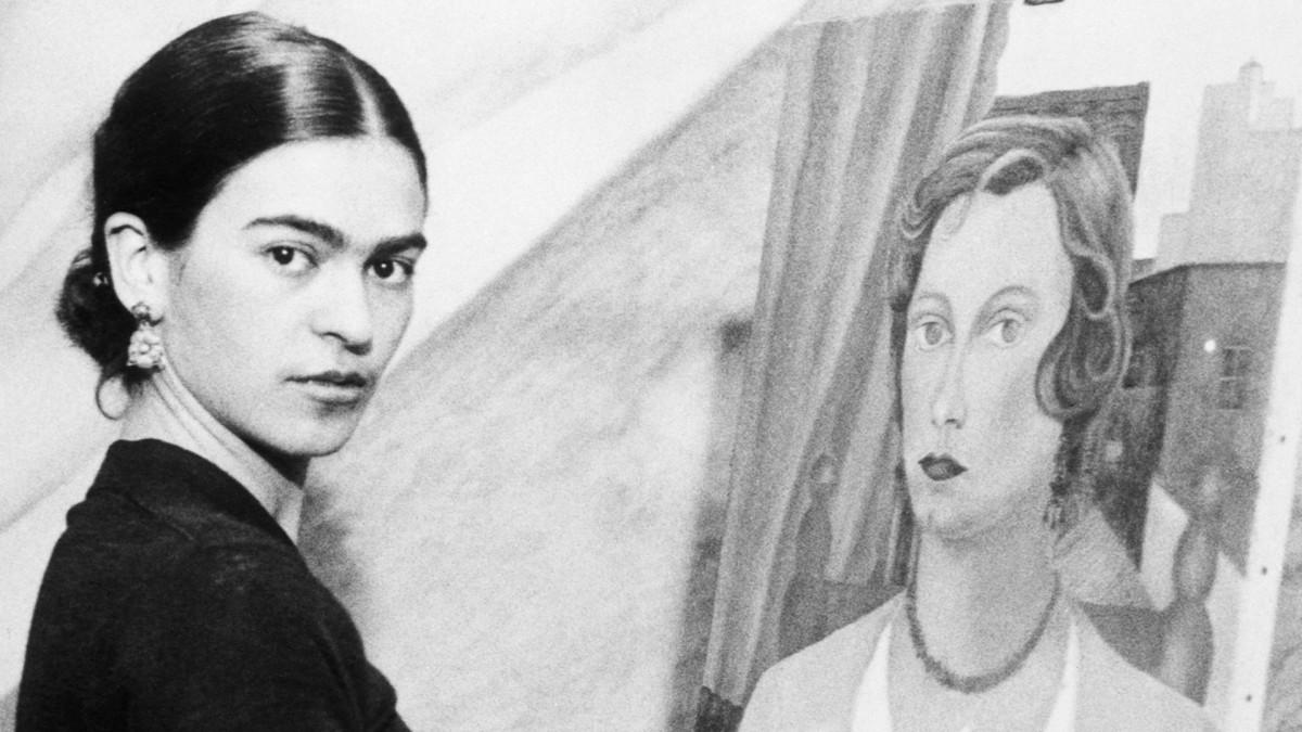 Zdjęcie kobiety stojącej przy obrazie