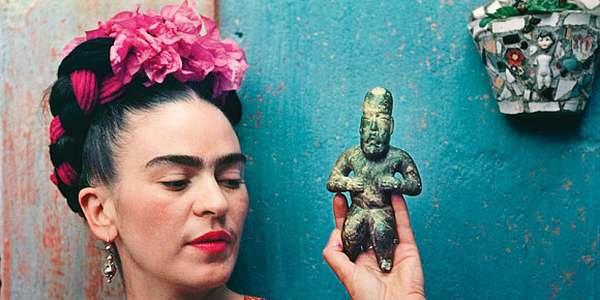 Kobieta trzymająca w dłoni figurkę