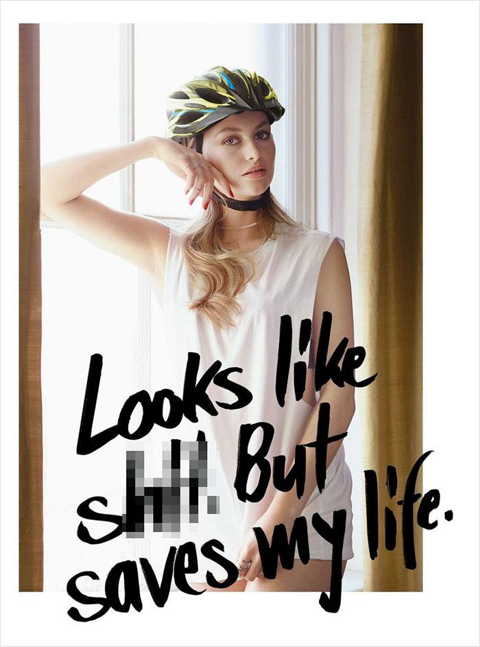 Modelka w bieliznie i kasku na głowie