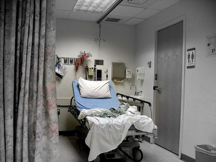 puste szpitalne łózko