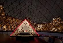 Wnętrze piramidy Luwru z sypialnią w środku