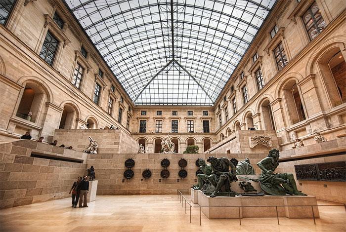 Wnętrze muzeum Luwr