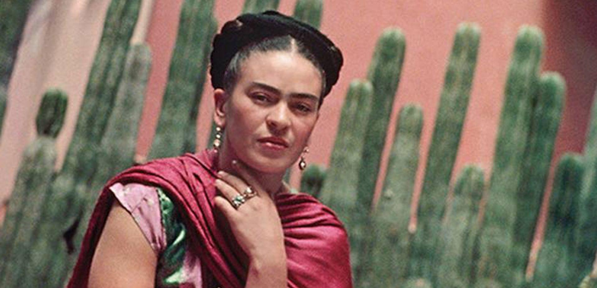 Kobieta na tle kaktusów w czerwonym szalu