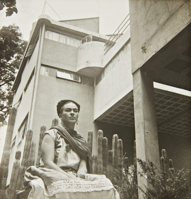 Czarno-białe zdjęcie kobiety na tle kaktusów