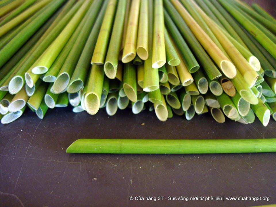 Słomki wykonane z zielonej trawy