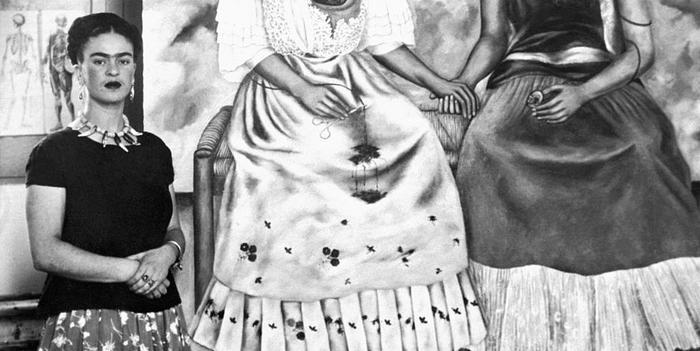 Czarno-białe zdjęcie kobiety na tle obrazu