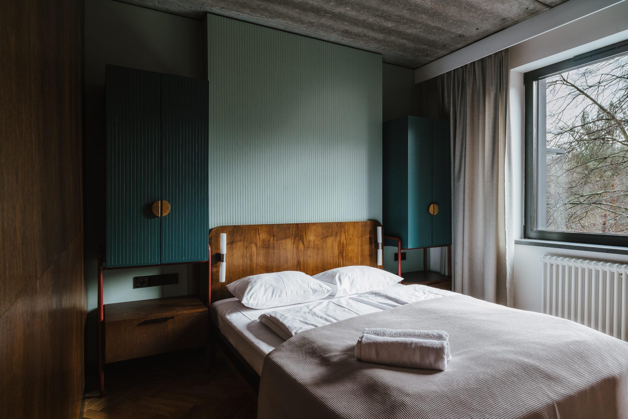Modernistyczna sypialnia z zielonymi szafkami
