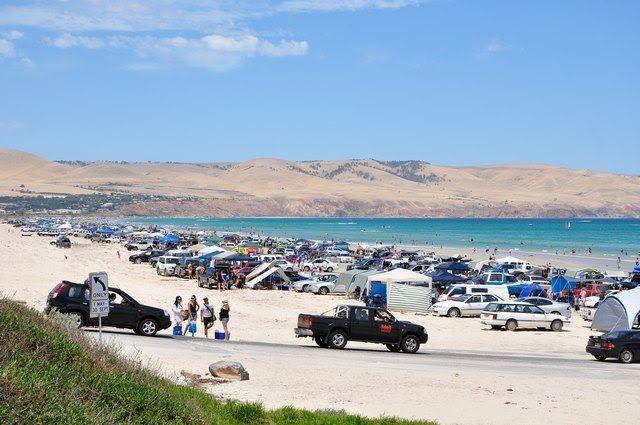 Plaża z samochodami