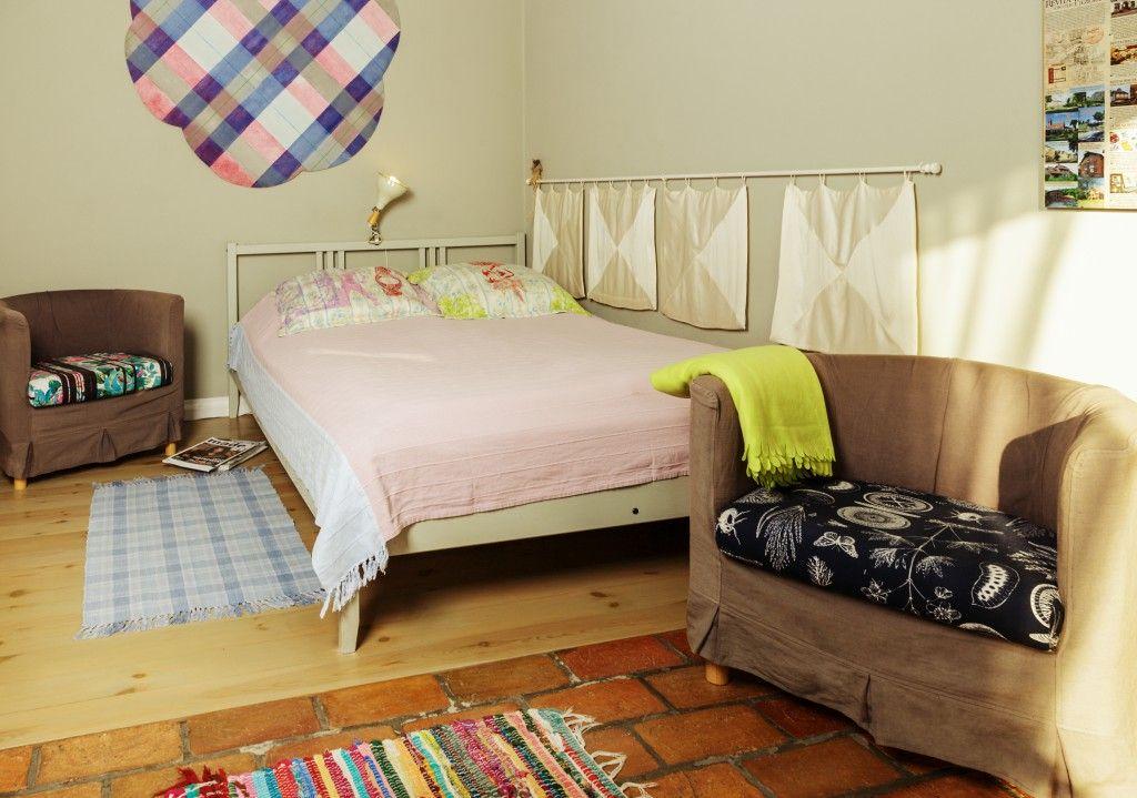 sypialnia z dużym łózkiem i dwoma fotelami