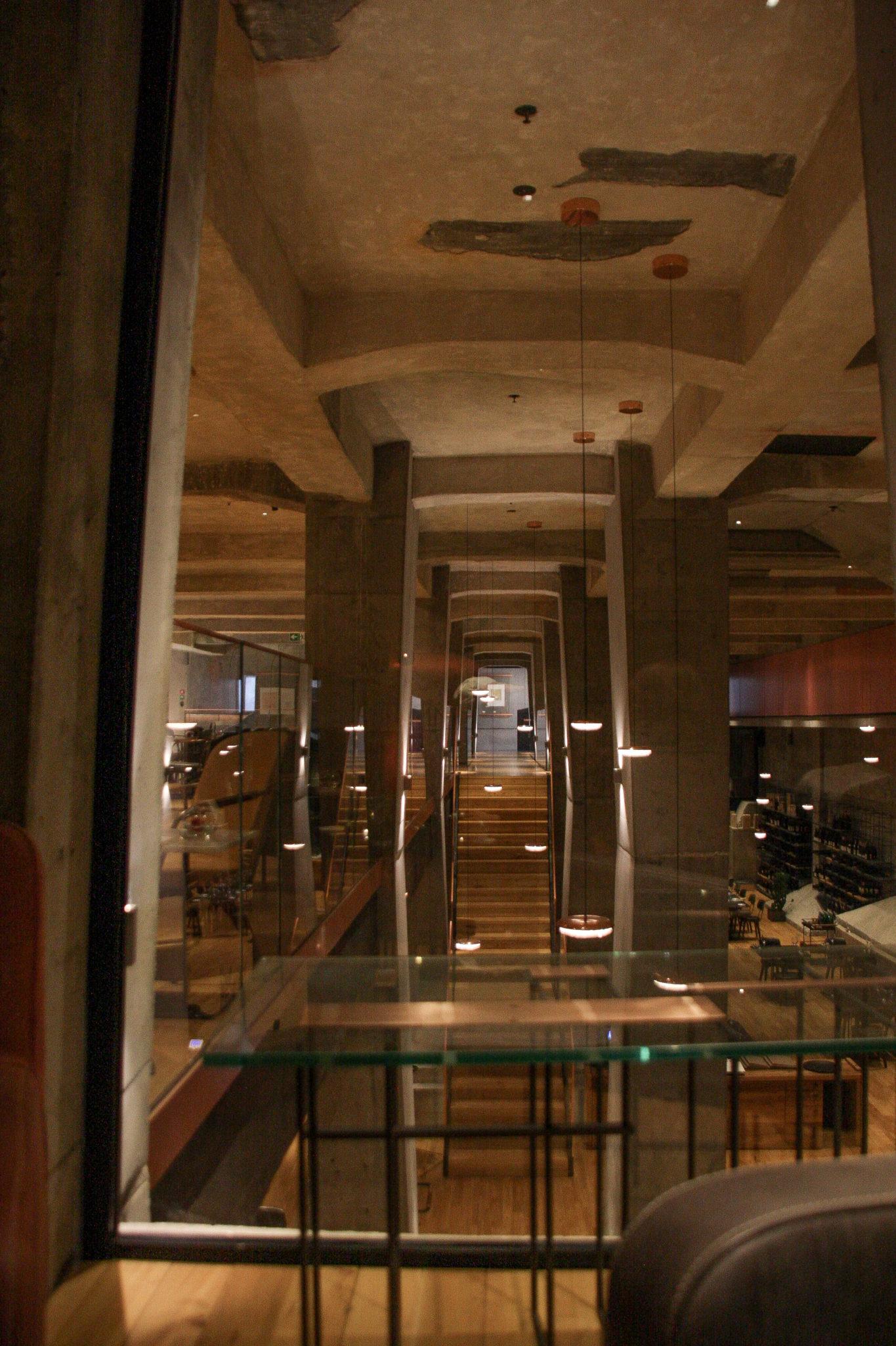 Betonowe filary i przestrzeń restauracyjna hotelu