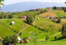 Widok wioski z kilkoma domkami