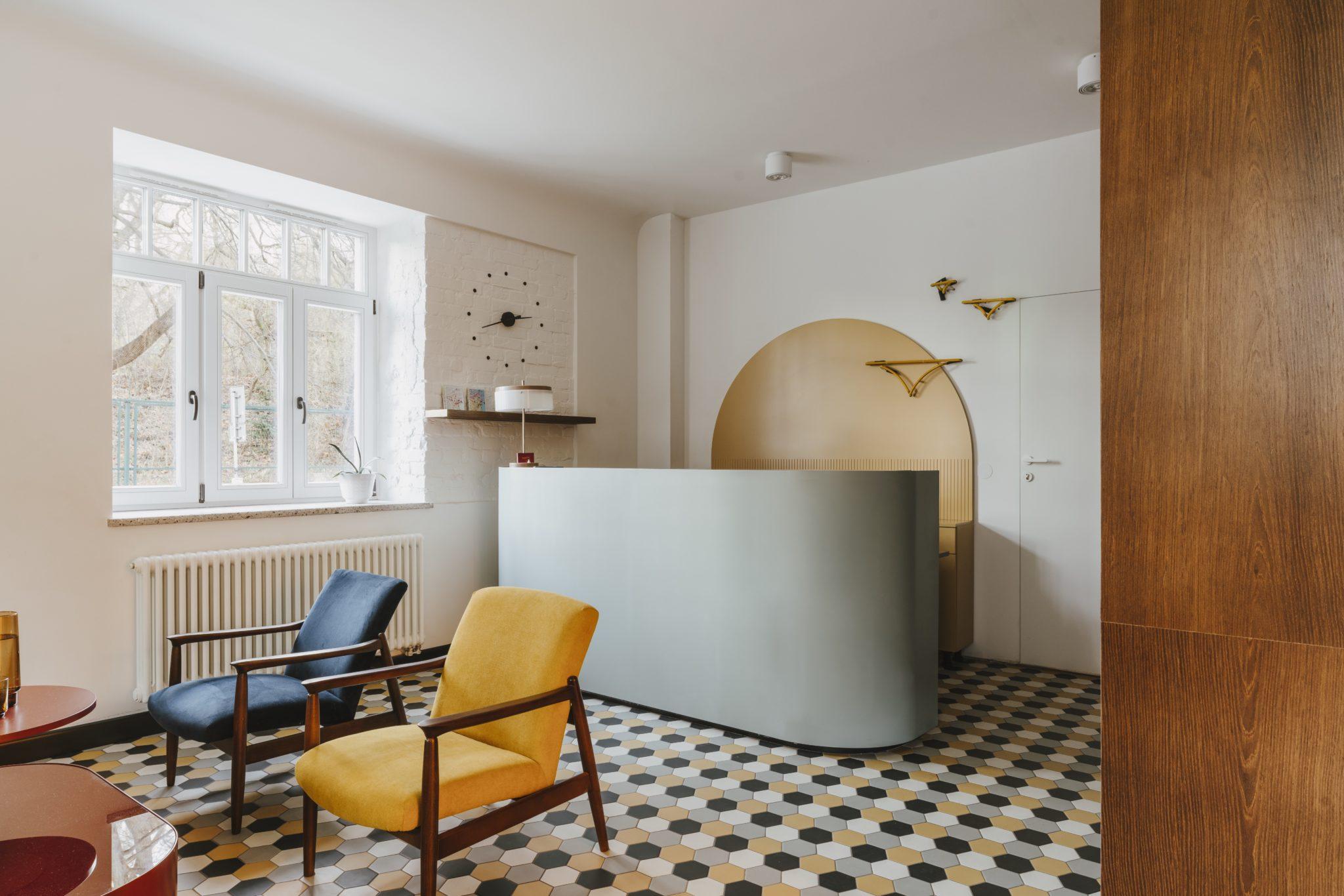 Modernistyczna recepcja hotelowa