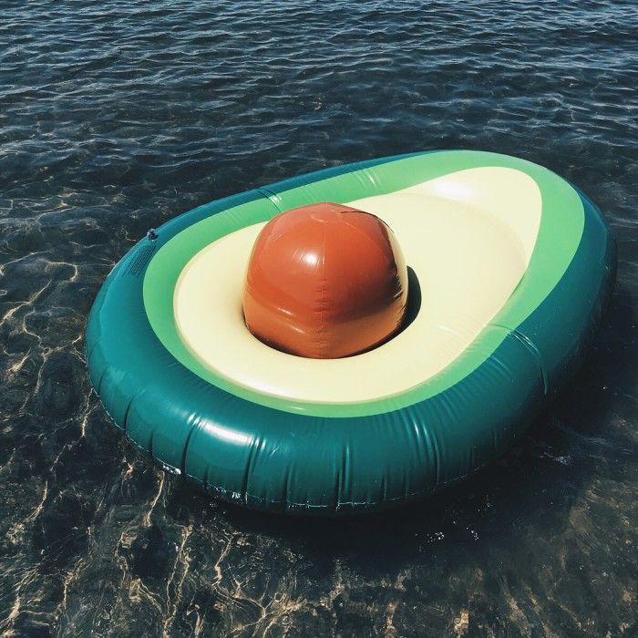 ponton w kształcie awokado na wodzie