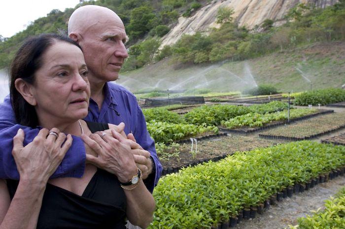Przytulająca się para na tle sadzonek