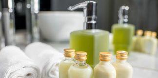 Hotelowa łazienka z małymi butelkami z szamponem