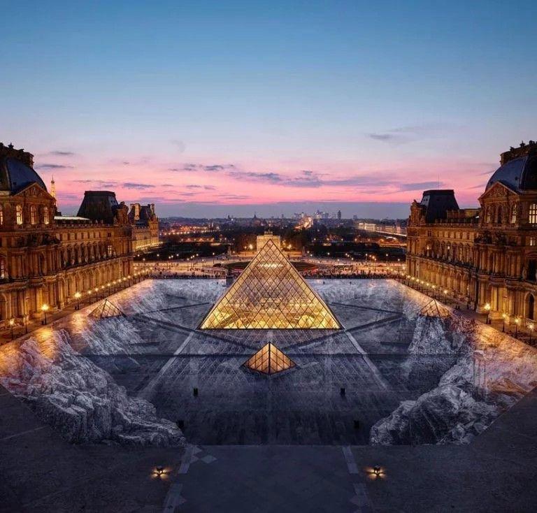 Zdjęcie przedstawiające istalację dookoła piramidy Luwru