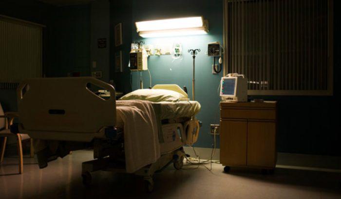 puste szpitalne łóżko