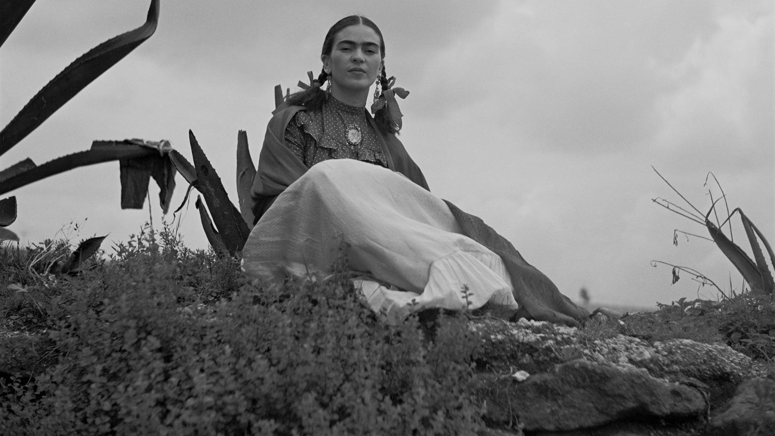 Zdjęcie kobiety siedzącej na wzgórzu