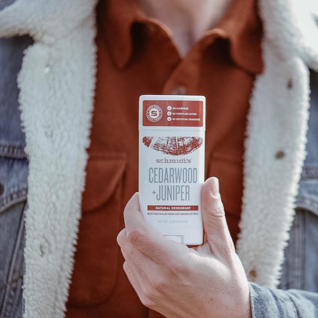Mężczyzna trzymający w dłoni dezodorant