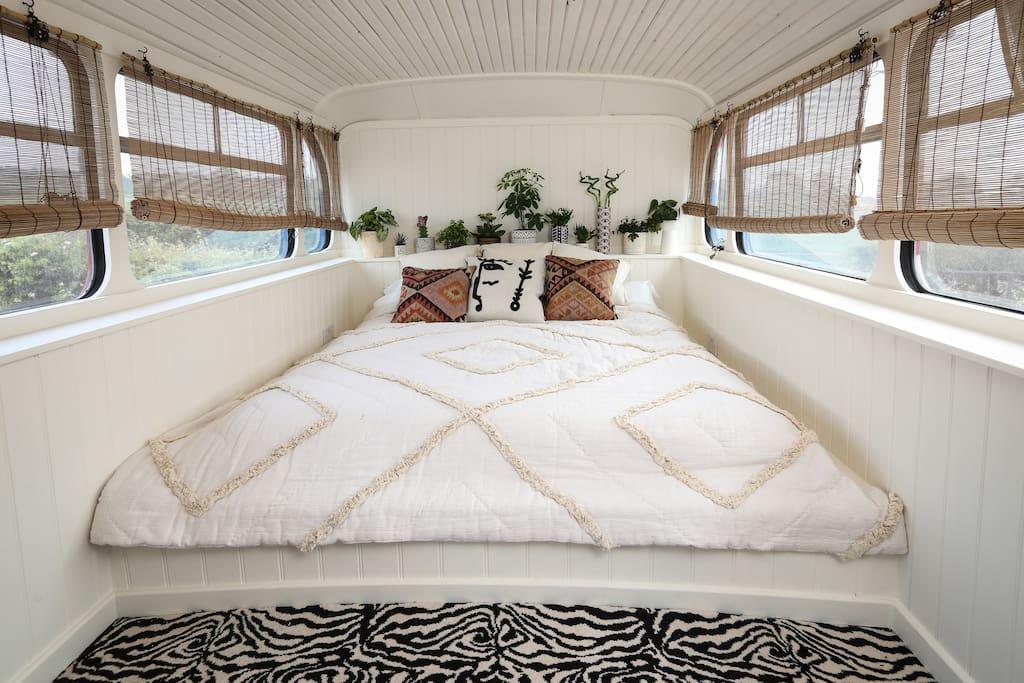 Wnętrze autobusu z małzeńskim łóżkiem