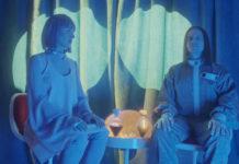 Kobieta i męzczyzna w niebieskim świetle