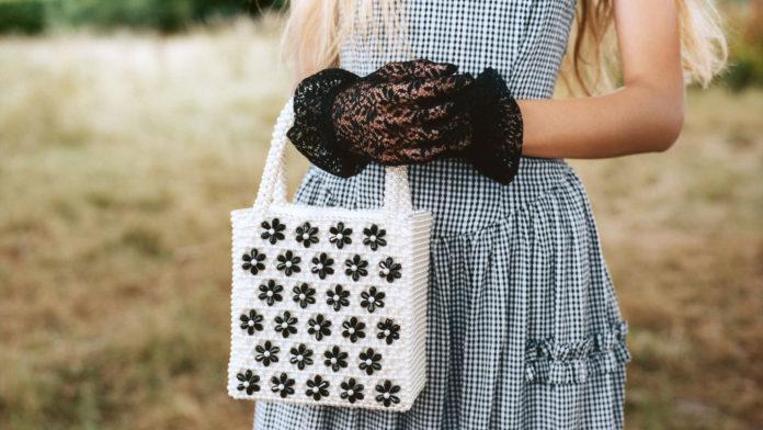Dziewczyna trzymająca torbekę z koralików
