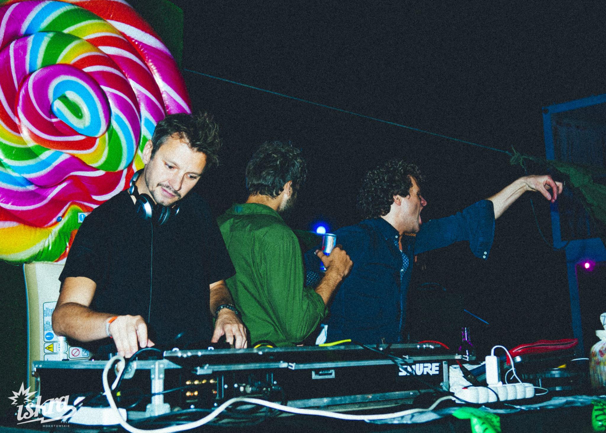 Trzech DJów przy konsolecie