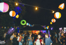 Oświetlona przestrzeń klubu nocą
