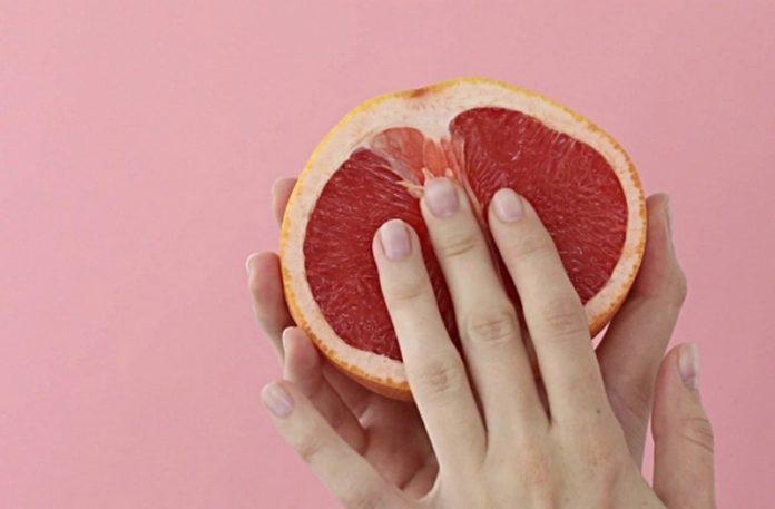 Ręka na grejpfrucie
