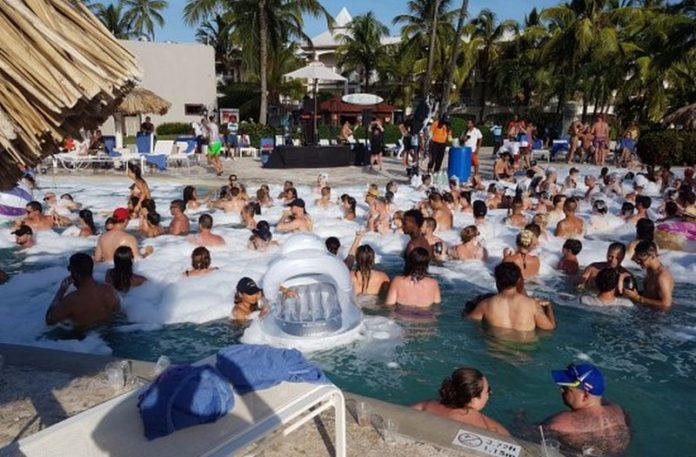 Dużo ludzi w basenie