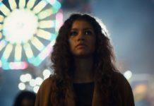 Zapłakana dziewczyna na tle wesołego miasteczka nocą