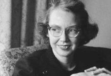 Czarno-białe zdjęcie kobiety w okularach