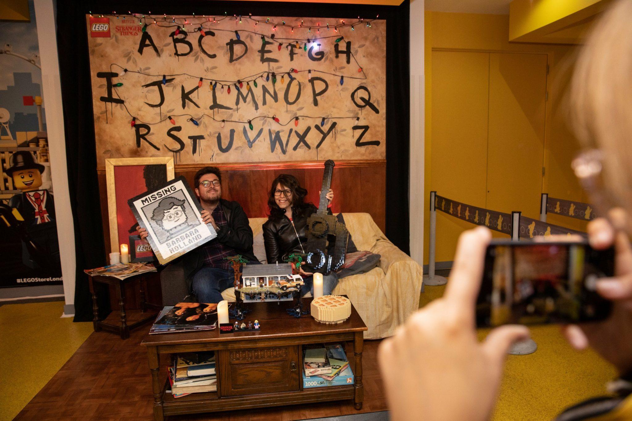 Ludzie siedzący na kanapie ze Stranger Things