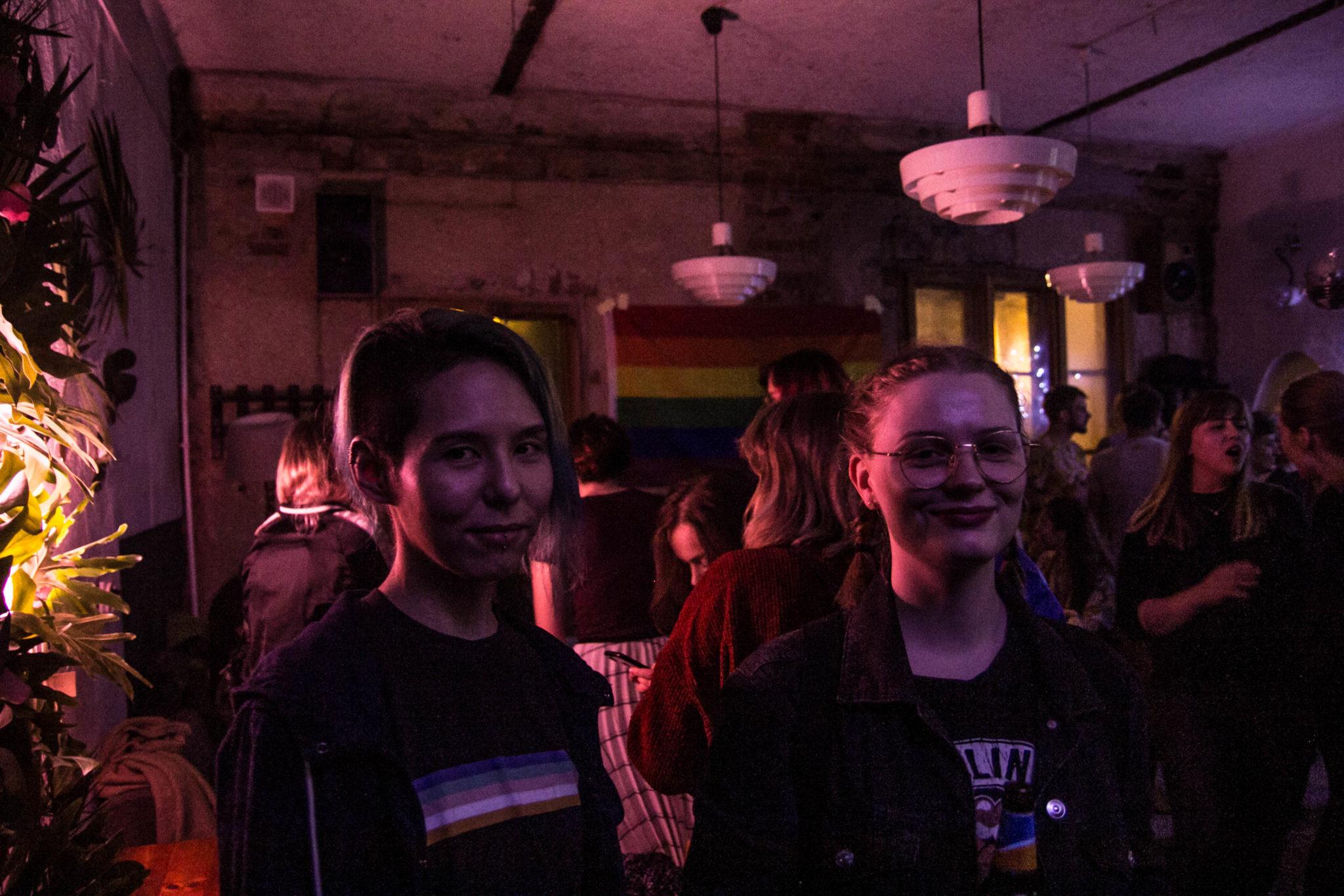 Dwie dziewczyny stojące w klubie