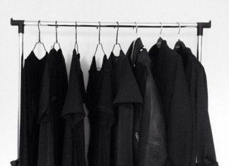 Czarne ubrania na wieszakach