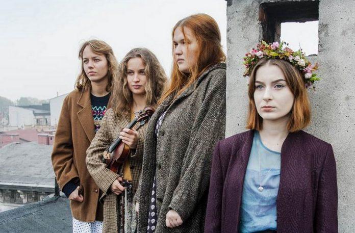 Cztery dziewczyny stojące na dachu