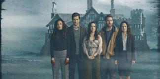 Pięcioosobowa rodzina stojąca przed zamglonym domem