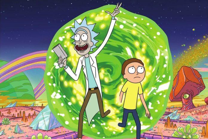 Dwie postacie rysunkowe wybiegające z zielonej dziury