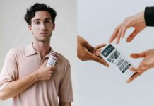 Mężczyzna w kremowej polówce trzymający dezodorant i trzy dłonie wyciągnięte do jednego dezodorantu