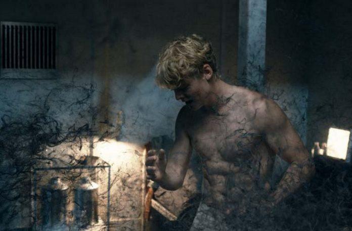 Chłopak z czarnym dymem unoszącym się z jego ciała