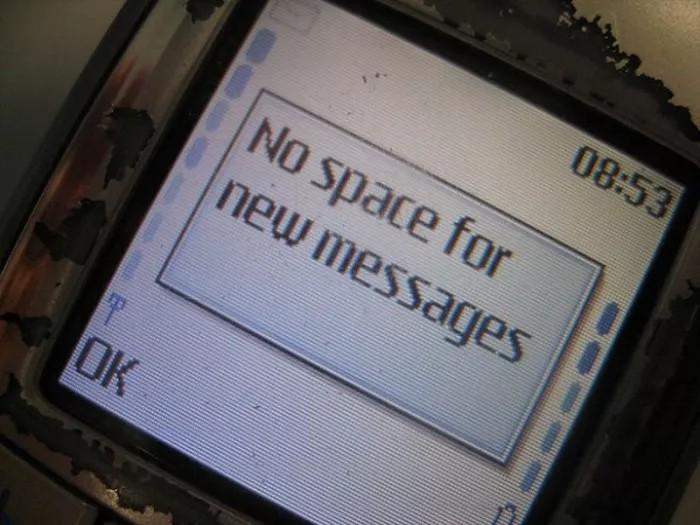 Telefon z informacją o braku miejsca na nowe wiadomości