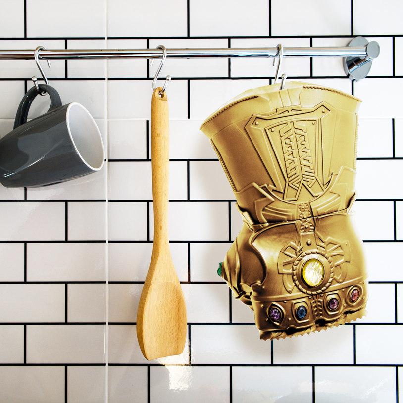 Złota rękawica do ubijania mięsa wisząca w kuchni