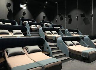 Sala kinowa z łóżkami