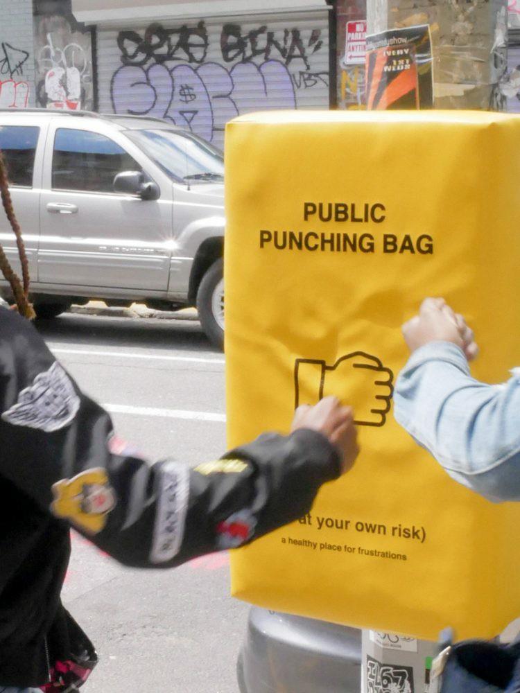 Zółty worek treningowy w przestrzeni publicznej