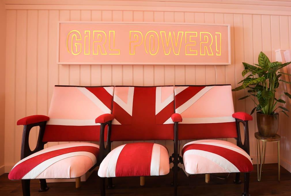 Czerwono-różowe kanapy i neon girl power
