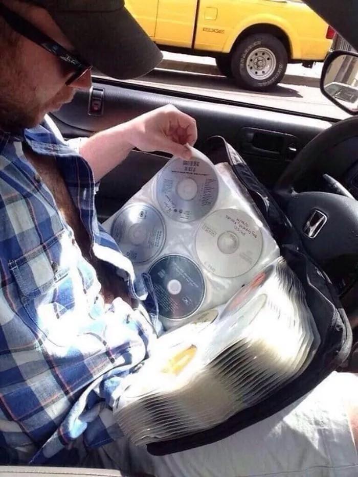 Męzczyzna przeglądający katalog z płytami CD