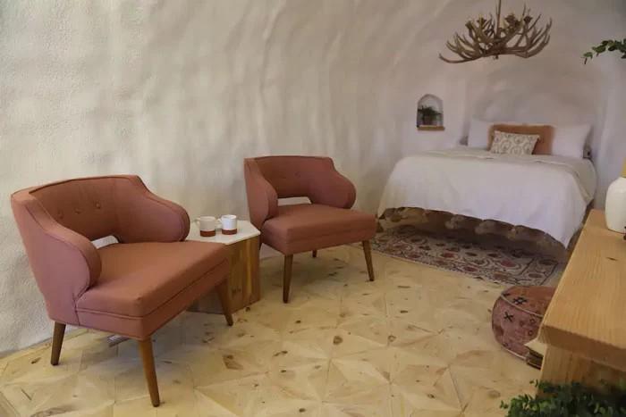 Wnętrze domu z ziemniaka: łóżko i dwa fotele