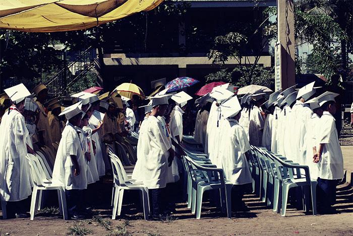 Młodzież na uroczystości ukończenia szkoły