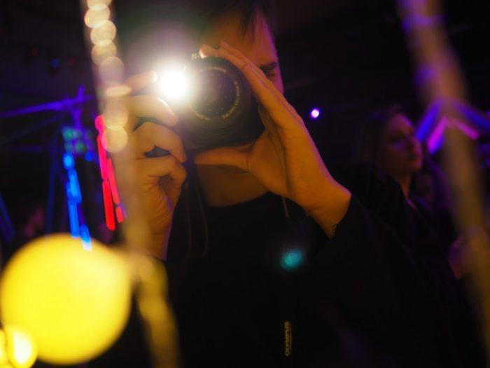 chłopak robi zdjęcie aparatem